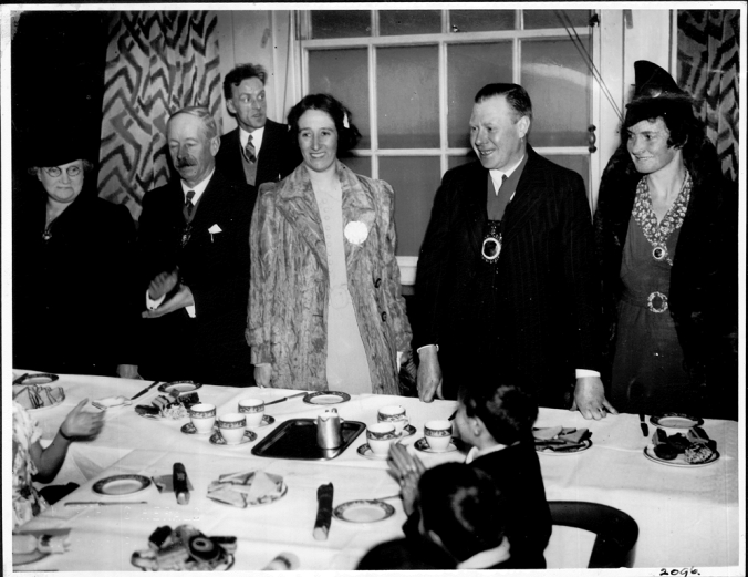 PB2096 Worthing and MBB mayors at evacuees tea party Jan 1940